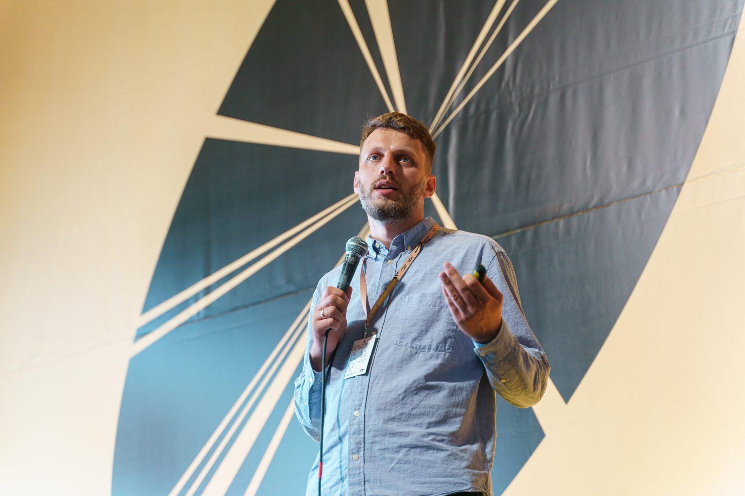 Менеджер компанії SiteGist, Маркіян Микитка, під час презентації «Ідеальний інтернет-магазин для видавництва/книгарні» в межах Книжкового Арсеналу.